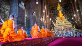 Munkar som ber på den guld- Buddhastatyn varje morgon Royaltyfria Foton