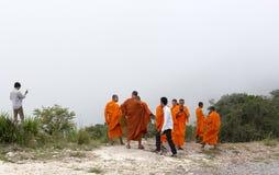 Munkar som besöker den Kep vattenfallet nära Kep Royaltyfri Bild