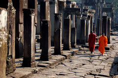 Munkar som går i Cambodja Royaltyfria Bilder