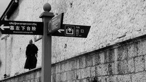 Munkar som går på sörjatemplet i kloster fotografering för bildbyråer