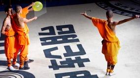 Munkar som utför kines Kung Fu Arkivbild