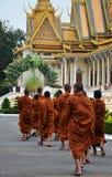 Munkar turnerar Royal Palace i Phnom Penh, Cambodja Royaltyfria Bilder