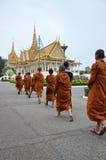 Munkar turnerar Royal Palace i Phnom Penh, Cambodja Fotografering för Bildbyråer