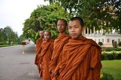 Munkar turnerar Royal Palace i Phnom Penh, Cambodja Royaltyfri Foto