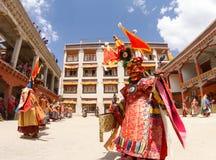 Munkar utför en religiös maskerad och kostymerad gåtadans av tibetan buddism på den traditionella Chamdansfestivalen royaltyfri bild