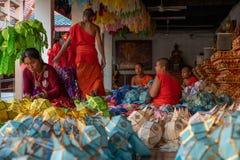 Munkarna förbereder de färgrika lyktorna royaltyfria foton