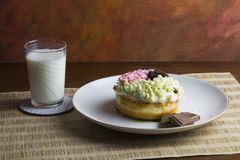 Munkchoklad och mjölkar stilleben Arkivfoton
