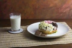 Munkchoklad och mjölkar stilleben Fotografering för Bildbyråer