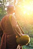 munken går för allmosa i morgon, Thailand arkivbilder