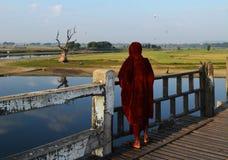 Munken på den Ubien bron, Myanmar Royaltyfri Fotografi