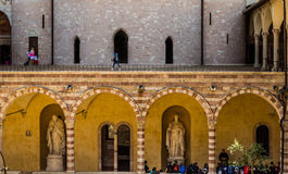 Munken undervisar i kloster Arkivfoton