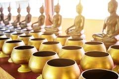 munkens allmosa bowlar och den buddha statyn för frikostighet Arkivbilder