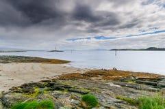 Munkholmen,特隆赫姆,挪威美好的北风景海岸线  免版税库存图片