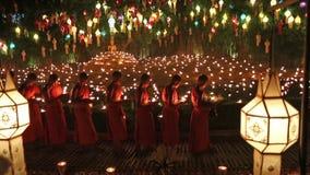 Munkljus per stearinljus som ber Buddha lager videofilmer