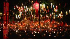 Munkljus per stearinljus som ber Buddha i templet, Chiang Mai, Thailand arkivfilmer