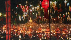 Munkljus per stearinljus till Buddha i templet, Chiang Mai, Thailand lager videofilmer