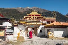 MunkTibetan anseende på porten på den forntida Chunggu templet på Yading naturreserv royaltyfria foton
