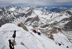 MUNKU-SARDYK, BURIAZIA, RUSSIA - aprile 29,2017: Picco rampicante di Munku-Sardyk nel fondo del massiccio della montagna Immagine Stock