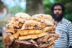 MUNNAR, ИНДИЯ - 18-ОЕ ФЕВРАЛЯ 2013: Неопознанный человек стоит ne Стоковая Фотография RF
