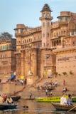 Munshighat ghat på bankerna av Ganges River, Varanasi Arkivbilder