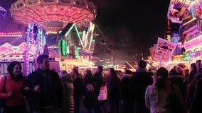 MUNSTER $ΒΕΣΤΦΑΛΙΑ, ΓΕΡΜΑΝΙΑ - 27 ΜΑΡΤΊΟΥ 2017: Οι επισκέπτες στη νύχτα στο funfair αναπηδούν παρουσιάζουν ή ` Frà ¼ hlingssend ` φιλμ μικρού μήκους