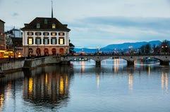 Munster bro över den Limmat floden i Zurich Arkivfoton