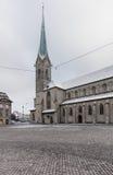 Munsterhof fyrkant och Fraumunster domkyrka i Zurich Arkivfoton