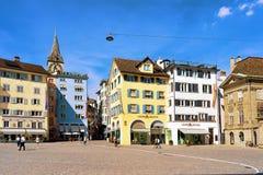 Munsterhofkwart met spits van St Peter Church in Zürich Stock Fotografie