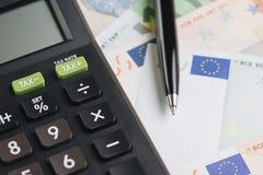 Munt, economische, kosten of uitgavenconcept, zwarte pen op stapel o stock fotografie