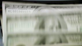 Munt tellende machine die honderd dollarsbankbiljetten telt stock videobeelden
