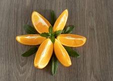 Munt-vormige sinaasappelen op een houten oppervlakte stock foto