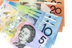 Muntbankbiljetten over kader Australische dollar worden uitgespreid in diverse benaming die stock foto's