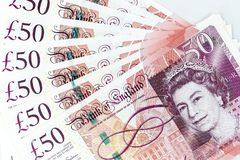 Muntbankbiljetten over kader Brits pond Sterling worden uitgespreid in diverse benaming die royalty-vrije stock foto's