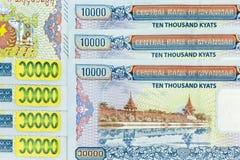 Muntbankbiljetten over kader datmyanmar kyat worden uitgespreid stock afbeeldingen