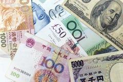 Muntbankbiljetten over kader met inbegrip van wereld belangrijke munten die worden uitgespreid royalty-vrije stock fotografie