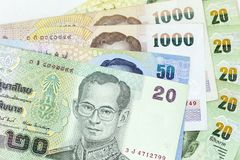 Muntbankbiljetten over kader Thais Baht worden uitgespreid in diverse benaming die stock fotografie