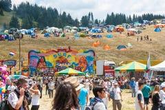 Munterhetritter och tält på Rozhen folklorefestival royaltyfria foton