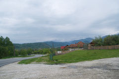 Munti, verde vegetativo, sosea di si di caso in Romania immagine stock libera da diritti