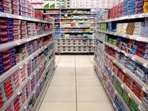 Muntliga omsorgprodukter och tabellservetter på hyllorna av en livsmedelsbutik Arkivbild
