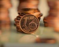 Muntstuk één euro cent Muntstuk op een onscherpe achtergrond van muntstukken Stock Afbeeldingen