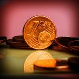 Muntstuk één euro cent Muntstuk op een onscherpe achtergrond van muntstukken Stock Foto's