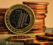 Muntstuk één EURO Muntstuk op een vage achtergrondmuntstukbenaming van Royalty-vrije Stock Afbeeldingen