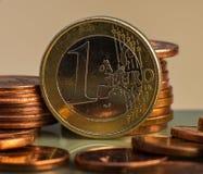 Muntstuk één EURO Muntstuk op een vage achtergrondmuntstukbenaming van Stock Fotografie