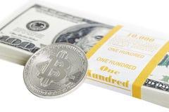 Muntstuk bitcoin en bankbundel van 100 dollars Stock Foto's