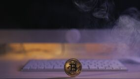 Muntstuk bitcoin op de lijst dichtbij het toetsenbord stock videobeelden