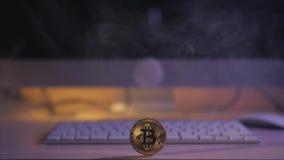 Muntstuk bitcoin op de lijst dichtbij het toetsenbord stock video