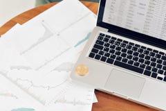 Muntstuk bitcoin op het laptop toetsenbord het concept handelcryptocurrency De snelle groei van de munt royalty-vrije stock foto's
