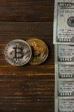 Muntstuk bitcoin tegen chaotically geschikte 100 dollarsrekeningen Royalty-vrije Stock Afbeelding
