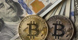 Muntstuk bitcoin tegen chaotically geschikte 100 dollarsrekeningen Royalty-vrije Stock Foto's