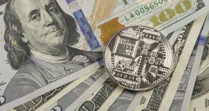 Muntstuk bitcoin tegen chaotically geschikte 100 dollarsrekeningen Stock Foto